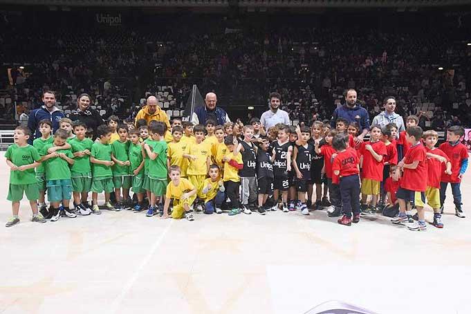 Virtus, i bambini del minibasket e il Presidente
