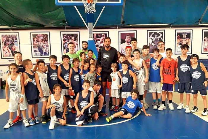 Marco Belinelli si allena all'ASV e posa coi ragazzi del camp estivo